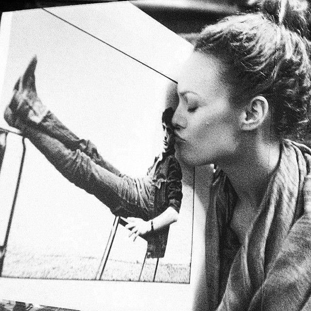 ♡ Magnifique photo noir et blanc ♡ Vanessa Paradis embrassant une photo d'Étienne Daho jeune ♡