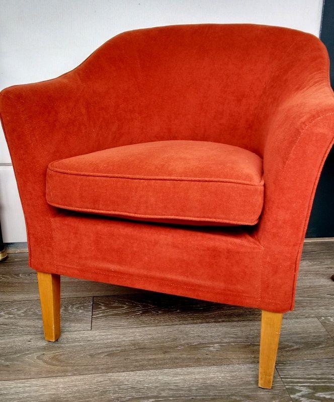 Dit mooie fauteuil staat nu te koop bij Meubelstoffeerderij Ria Pruissen. Er zijn 4 stoelen beschikbaar.  De stoelen zijn bekleed met wasbare hoezen van de stof Alicante. Het zijn heerlijke stoelen! Geschikt als zowel fauteuil en eetkamerstoel! U kunt de stoelen per 4 kopen voor €200,-  Per stuk zijn de stoelen €65,- Wilt u meer foto's zien? Kijk dan op markplaats: http://link.marktplaats.nl/m983370769