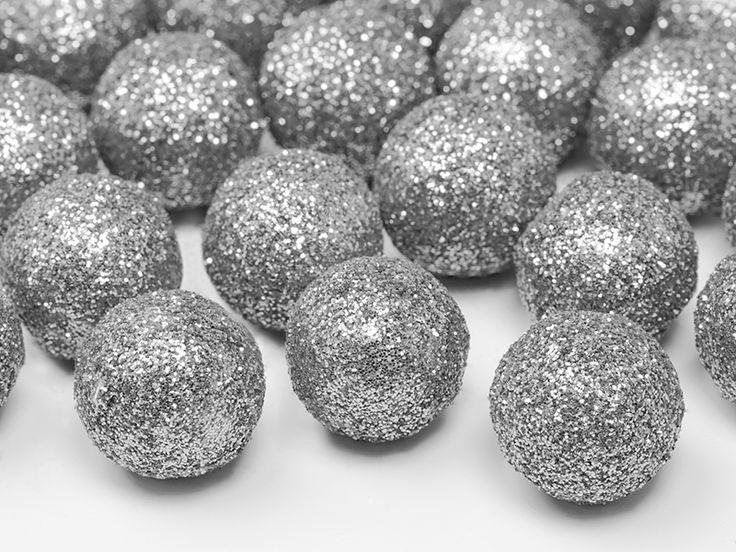 25 stycken små bollar i silverfärgat glitter. Bollarna är ca 2 cm i diameter och perfekta som bordsdekorationer till dukning, dekoration eller blomsterarrangemang.