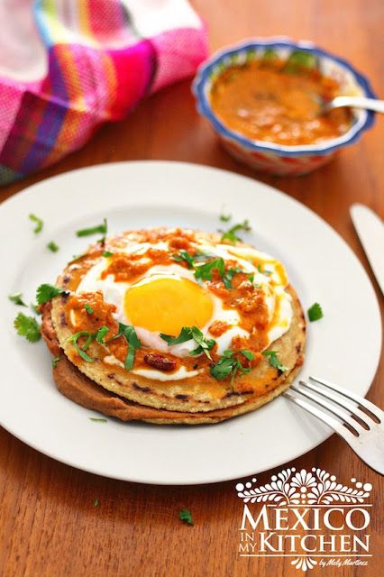 Empalmes Norteños, a glorious Northern Mexico breakfast or brunch, is up to you to decide, pinto beans with chorizo, piquin salsa and a fried egg. Come on over to the blog and let's cook it!