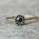 Olśniewający pierścionek zaręczynowy z czarnymi diamentami wykonany ręcznie w białym złocie próby 585.  Wymiary: Kamień centralny: czarny diament, wykopany z Ziemi, szlif fasetowany, 3mm,...