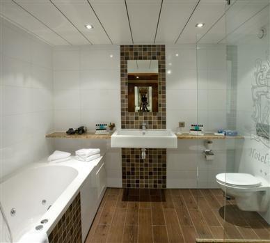 Van der Valk Emmen, o.a. kamers, zwembad en lobby. Foto toont de badkamer in de standaardkamer