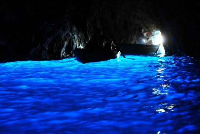 イタリアはナポリから船で約1時間、美しい海に浮かぶカプリ島は、歴代の古代ローマ帝国の皇帝が別荘を築いてきた世界的にも有数のリゾート地。でも、カプリ島を有名にしたのは、何と言っても青の洞窟。その青さを、とくとご覧に入れましょう。