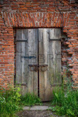 puerta antigua: Antigua puerta de madera de una antigua herrería