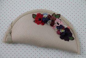 NUEVA CARTERA   Hecha a Mano con materiales para tocados         Ref. CA023   Descripción: Cartera de paja marfil, con flores variadas en d...