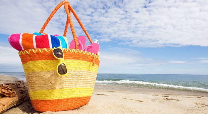 Şık Plaj Çantaları : Sahil şıklığımızı tamamlayan neredeyse her bikiniye farklı kullandığımız olmazsa olmaz plaj çantaları bu yıl da çok şık , çok renkli !