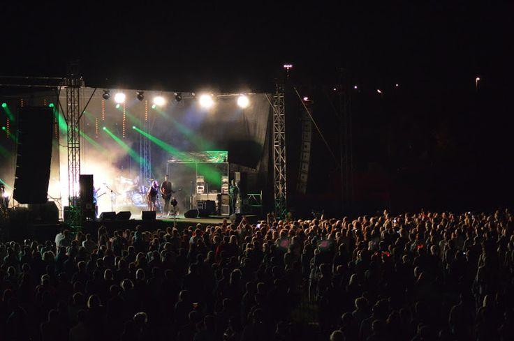 Publiczność zebrana na koncercie Patrycji Markowskiej podczas XII Dni Gminy Wielka Wieś Modlniczka, 4 lipca 2015 r.