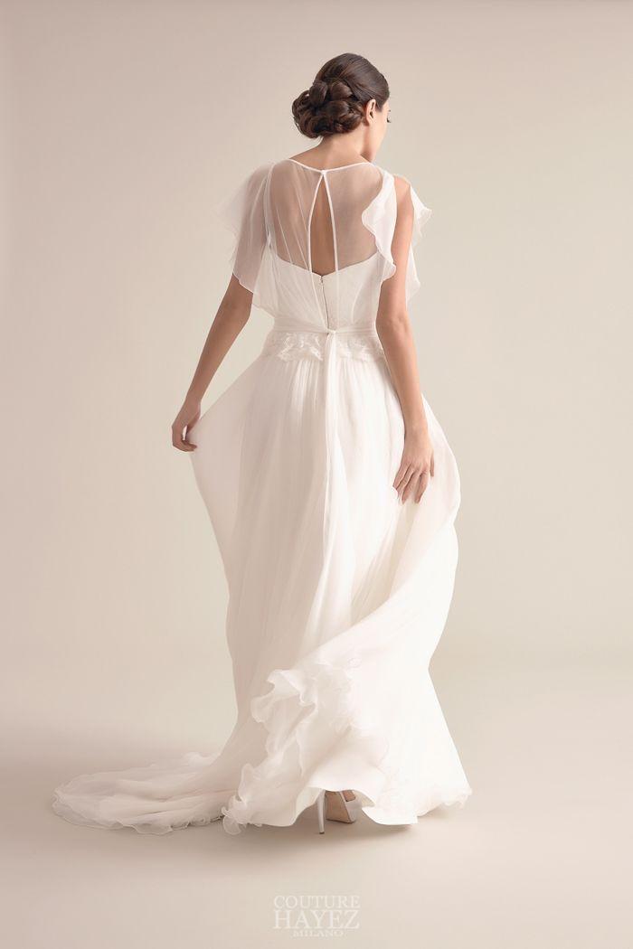 e895acec36c9 Un leggerissimo abito da sposa scivolato in georgette di seta con blusa in  chiffon leggermente arricciata