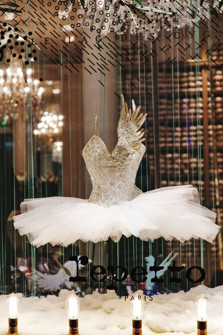 Repetto's window display for the Holiday Season - Swan Lake #Repetto #RepettoVitrine