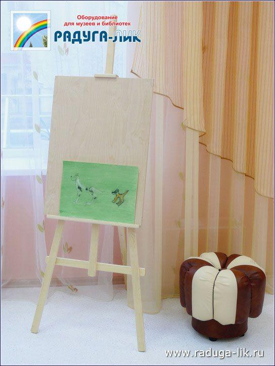 Пуфик «Долька» для детей. Слева – мольберт для рисования.