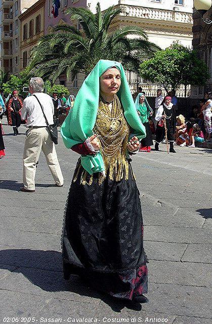 Costume di Sant'Antioco    Costume femminile di Sant'Antioco, comune della Provincia di Carbonia-Iglesias