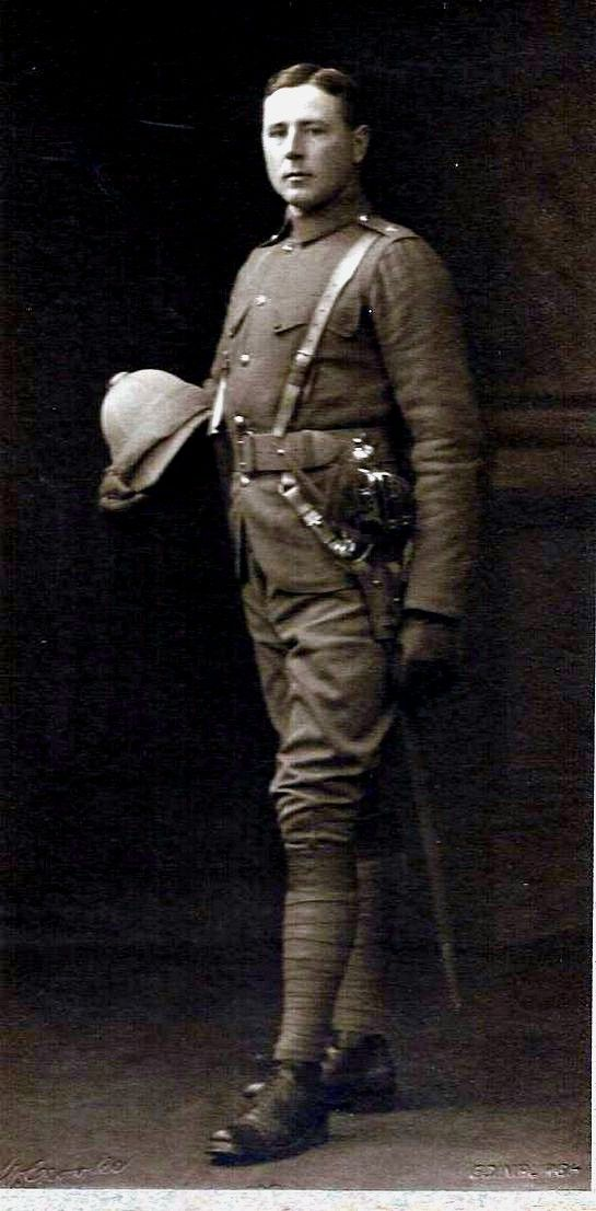 A Study of the British Officer on Active Service in South Africa 1899 – 1902.—An impressive officer of the Seaforth Highlanders wearing a drab serge doublet and breeches. Note the double button closure of the breast pockets. (Photo: James Holt collection)