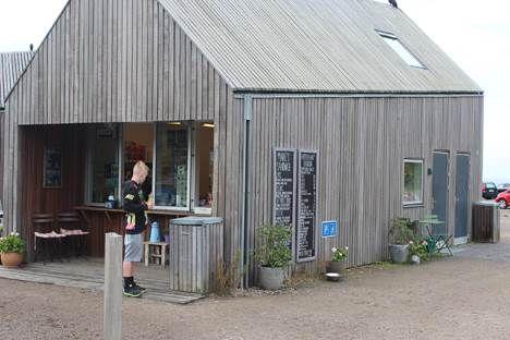 Det er efterhånden en god, gammel historie, at Bornholm har et par Euromannomiske fyrtårne, bl.a. Kadeau og Stammershalle. Det er desværre også en velkendt historie, at øen har en masse Euromannomisk skrammel, især når den hurtige sult skal stilles ...