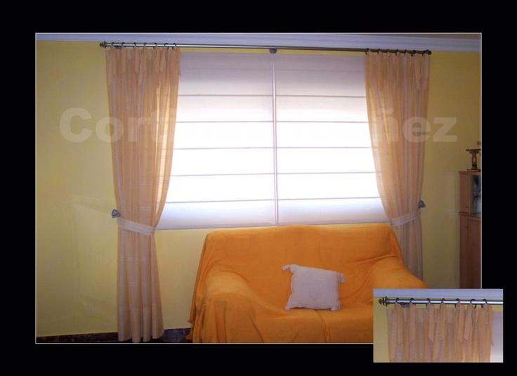 """Instalación mixta de 2 estores """"Romanos"""" de loneta y caídas instaladas en conjunto de acero; Las cortinas están sujetas a las anillas con lazos y recogidas con abrazaderas y alzapaños de diseño."""