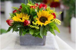 Ανθοσύνθεση με τριαντάφυλλα, ηλιοτρόπια και αμάραντο, σε ξύλινο κασπώ #flowers