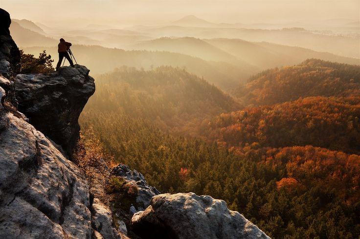 OPAROVÉ RÁNO: Pohled ze skalního ostrohu na mlhavou krajinu Českého Švýcarska je snem každého fotografa.