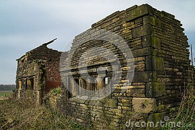 https://thumbs.dreamstime.com/x/old-stone-barn-house-abandoned-farmhouse-english-countryside-39402059.jpg