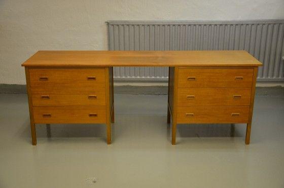 Stort skrivbord i teak med dubbla lådhurtsar. 200x55x75 cm