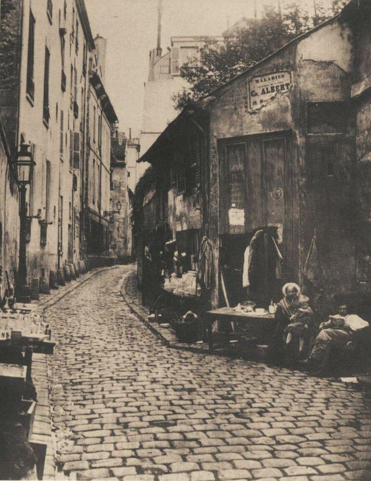 La rue du Jardinet (Paris 6e) en 1865. Elle est toujours là mais n'accueille plus d'aussi romantiques petits commerces. Une photo de Charles Marville.