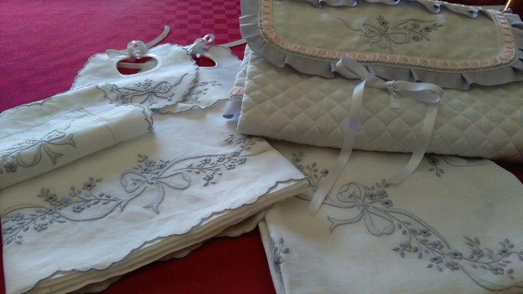 Completo culletta in lino ricamato a mano composto da lenzuolino + cuscino+ copertina+ 2 bavette+ spannatoio a birsetta