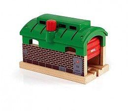 Brio Trein remise  Waar kan een locomotief welverdiend van zijn rust genieten? In de treingarage natuurlijk! De perfecte plaats om even uit te rusten of om reparaties aan te laten brengen. Plezier met op- en afladen! Draai aan de knop op het dak om de roldeuren te openen of om weer te sluiten. Natuurlijk is de garage ook als tunnel te gebruiken wanneer de deuren geopend zijn.  http://www.brio-trein.nl/brio-treinen-trein-remise.html