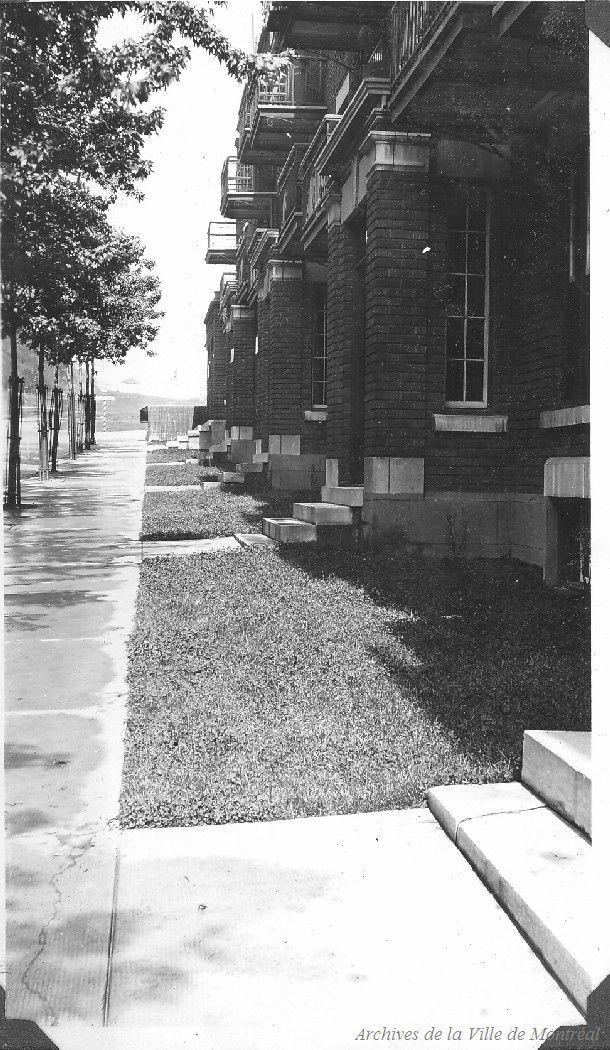 Condition of lawns : Hutchison St. . - [193-?] - Archives de Montréal