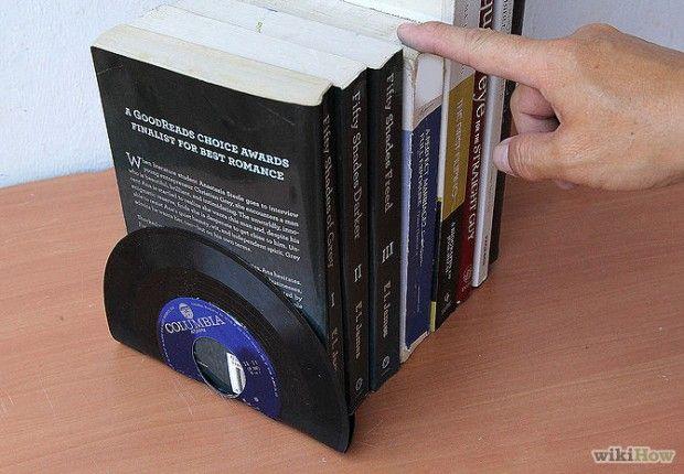 Como fazer um suporte para livros usando discos de vinil.