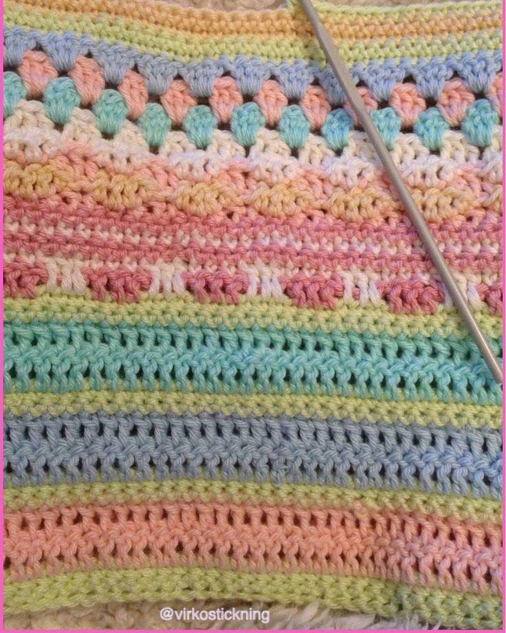 Virkar vidare på del tre kommer inte hinna klart då jag jobbar inatt men det är riktigt kul att se hur den växer . Gillar inte riktigt en del men men det är roligt att lära sig nya tekniker . #crochetaddict#crochetaddicted#crochetobsessed#crochet#crocheting#crochetlove#crocheteveryday#crochetersofinstagram#crochetblanket#babyblanket#CAL#madewithlove#mysterievirkning#svartafårettilda#virka#virkad#virkar#virkat#virkgalen#virkadfilt#svartafåretcal by virkostickning