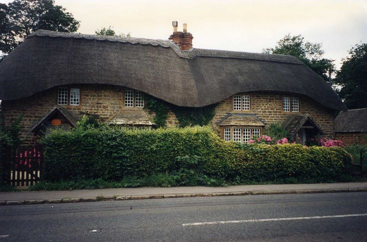 If you're ever in the area it's well worth checking out the 'chocolate box' thatched cottages in Sandy Lane (on the road between Chippenham & Devizes) Wiltshire WORTLEY COTTAGES
