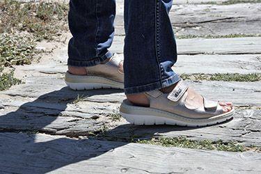 Sandalia con tres velcros para su ajuste, ligeras, con algo de cuña y con plantilla extraíble. Para pies anchos