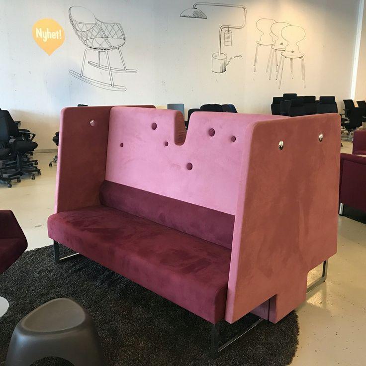 Materia Le Mur Soffa med hög rygg och sittplats åt båda hållen. Två och två skapas avskärmning för samtal och samarbete runt surfplatta eller böcker, eller en och en för enskilt arbete med det samma.