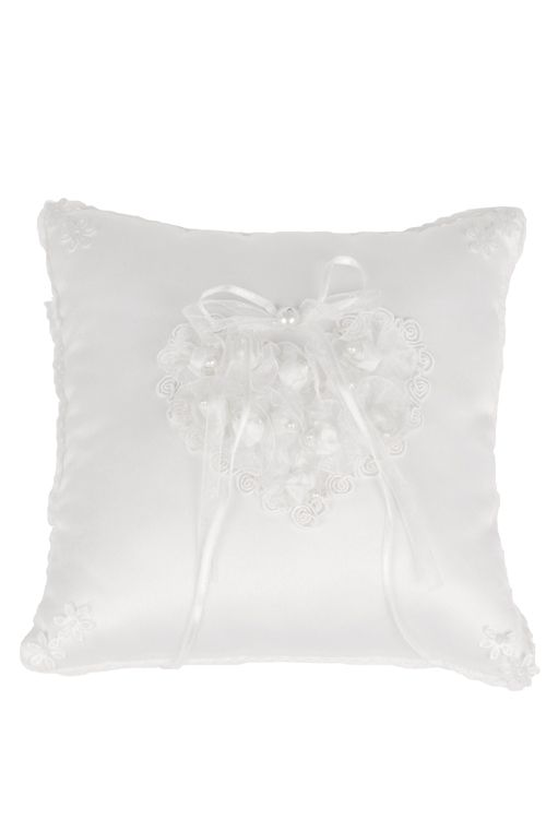 Witte vierkante ringkussen. In het midden een hart gemaakt van witte roosjes. Aan het kussen zitten 2 linten waaraan de trouwringen kunnen worden vastgemaakt.