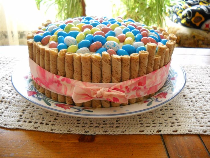 Variation of the popular KitKat Candy Bowl cake.: Easter Cakes, Bowls Cakes East, Baskets Cakes, Cakes Tops, Easter Desserts, Carrots Cakes, Easter Eggs, Easter Baskets, Candy Bowl