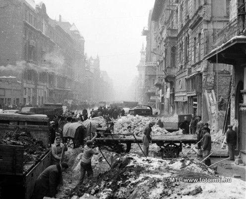 Budapest, 1957. január 3. Forradalom és szabadságharc Magyarországon, 1956-ban. A képen: Romeltakarítás a Rákóczi úton. MTI Fotó: Fényes Tamás