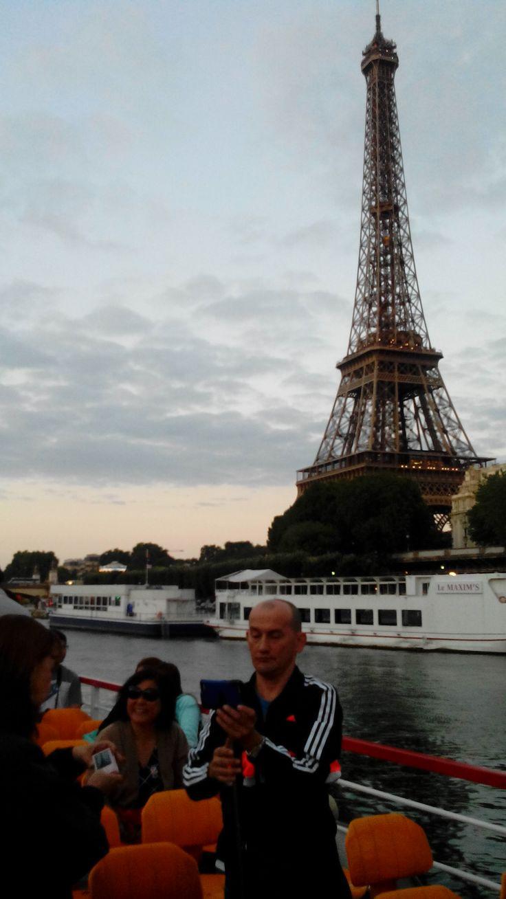 Excursión Europa 2015 Central de Reservas y Turismo sobre el Rio Sena y al fondo la Torre Eifel