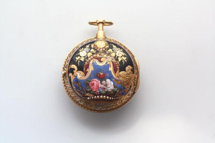George Prior (1765-1812), Londres, début XIXe siècle, montre de poche à double boîtier en or émaillé, cadran à chiffres turcs, aiguilles ciselées en or serties de perles, mouvement à répétition, à fusée avec échappement à verge, sonneries heures et quarts, boîtier émaillé à décor de fleurs, rehaussé de perles, diam. 6 cm.  Estimation : 10 000/15 000 € Samedi 1er juillet, Aix-en-Provence.  Aix Lubéron Enchères OVV. M. Garcia.