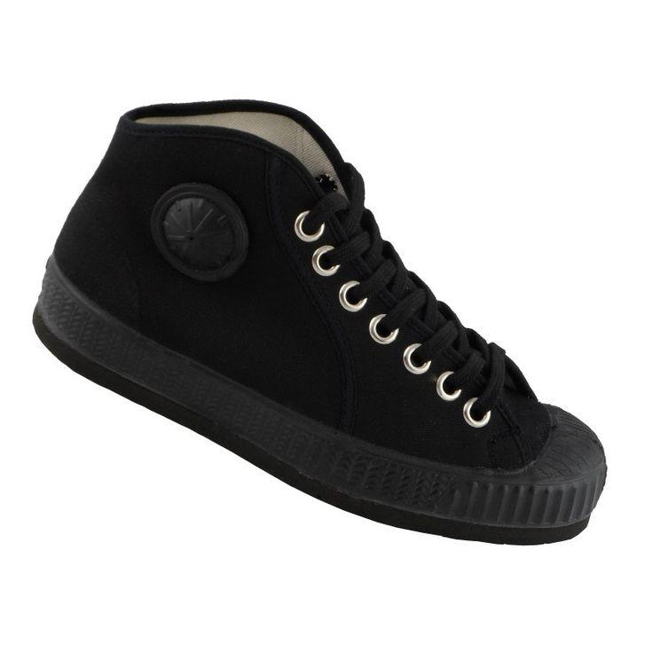 CEBO schoenen in een volledig zwart kleur.  Deze CEBO sneakers zijn beschikbaar in de maten 36 tem 47 in 100% natuurlijk katoen en een 100% rubbere zool  Dit artikel is altijd in voorraad. Veters zijn geleverd in twee paren: wit en zwart