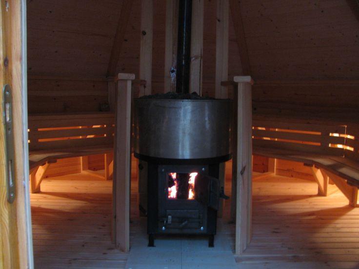 Zastosowanie rozwiązań modułowych i duży stopień prefabrykacji zmniejsza znacząco koszty wykonania, a użycie standardowych materiałów skraca czas przygotowania elementów – sam montaż saun z tej serii to tylko 2-3dni.   Dostępne modele:  Heksi 4 (4,5m2) na 4 osoby,   Heksi 9 Standard (9,9m2) na 10 osób,   Heksi 9 Plus (9,9m2 z przedsionkiem) na 8 osób,   Okti Standard (17m2) na 16 osób,   Okti Plus (17m2 z przedsionkiem ) na 12 osób.