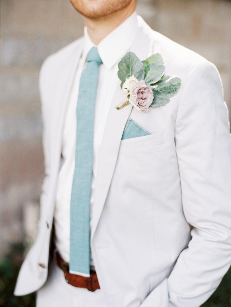 ホワイトスーツにマリンブルーのネクタイが涼しげ♡フォーマルな新郎衣装一覧!