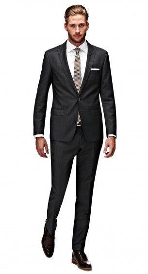 Het zwarte Bastin pak heeft een shaped fit waardoor het pak perfect op het lichaam aansluit. Dit modern gesneden pak heeft een slanke schouder en een taps toelopende broek. Het jasje heeft een enkele knoop, peak lapel, flap pockets en side vents