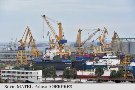 Reprezentanții Companiei Naționale Administrația Porturilor Maritime (CNAPM) Constanța, ai patronatului operatorilor portuari - Constanța Port Business Association și ai muncitorilor - Federația Națională a Sindicatelor Portuare (FNSP) au ratificat joi, în sala de conferințe a Gării Maritime, primul protocol de colaborare tripartit din istoria portului.