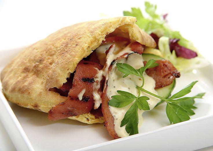 Vår svenska falukorv skuren i långa, tunna skivor förvandlas till grillad pitabrödsfyllning, ungefär som kebab. Servera köttet i varma bröd med grönsaker och hemlagad kebabdressing.