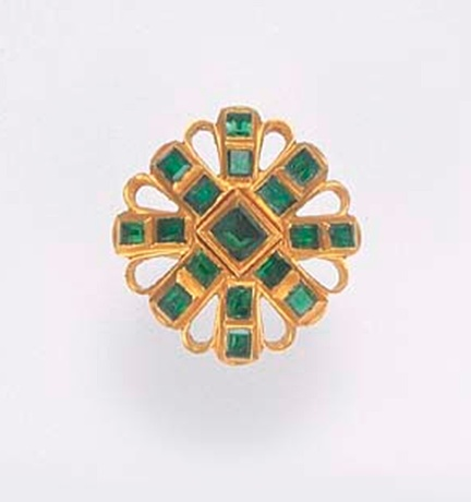 A FINE SPANISH OR SPANISH COLONIAL EMERALD AND GOLD RING   The shaped circular openwork bezel with a double cruciform pattern of square and rectangular-cut emeralds in gold collet settings intersected by gold loops, circa 1650
