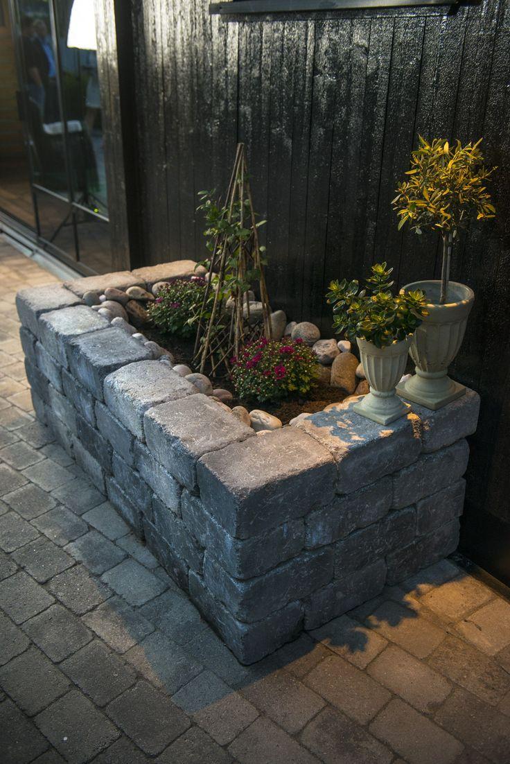 Mange muligheter med Rådhus støttemur fra Aaltvedt Stein. Blomsterbed på terrassen!