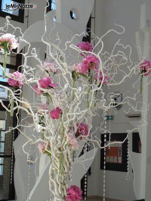 Decorazione floreale con rami e fiori #fucsia