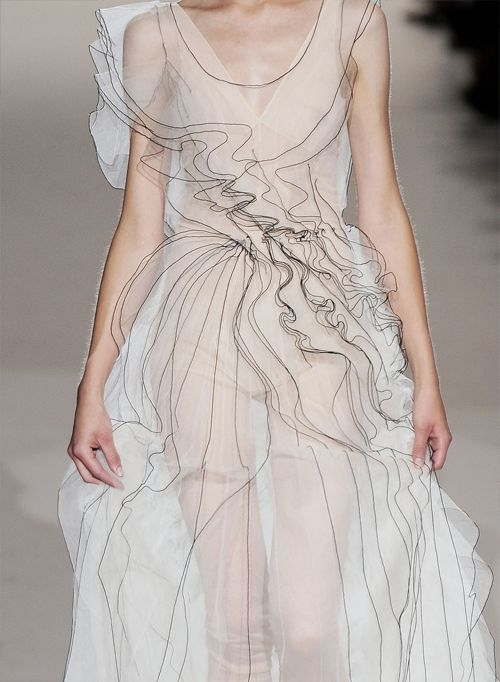 marc jacobs | s/s 2010 | worn on kamila filipcikova    that looks like a real life fashion sketch.