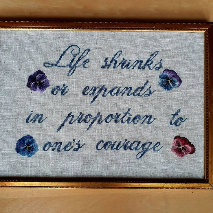 Gave til Birgitte. Present for Birgitte. Life shrinks or expands in proportion to one's courage. With pansies. Quote: Anaïs Nin  #anaïsnin #feminism #schnirkelcraft #embroidery #korsstingsbroderi #women'squotes #feminisme
