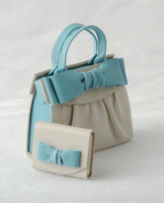 La borsetta ed il portafogli sono completamente realizzati a mano e rifiniti accuratamente in tutti i particolari. E stata usata una pelle morbida