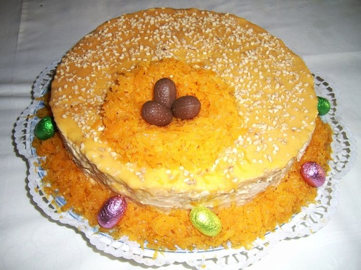 Bolo de bolacha com chantilly, doce e fios de ovos