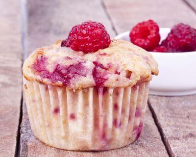 Muffins à la ricotta, aux framboises et amandes : http://www.cuisineaz.com/recettes/muffins-a-la-ricotta-aux-framboises-et-amandes-72962.aspx